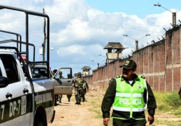x75623346_Policemen-are-seen-outside-of-Palmasola-prison-after-a-violent-episode-inside-the-prison-in.jpg.pagespeed.ic_.5jP9XL579y-360x250.jpg